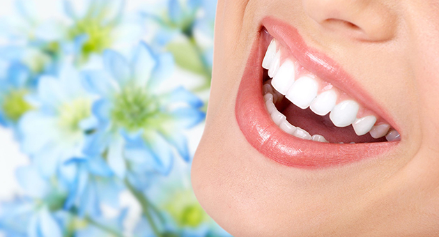 白く美しい歯で輝く笑顔